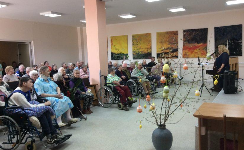 Пасхальное поздравление в доме престарелых в Антавиляй